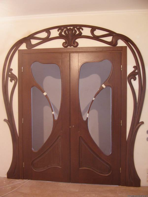 Арковидна входна врата от масив